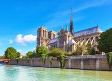 Notre Dame Cathedral em Paris na primavera Imagem de Stock