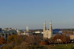Notre Dame Cathedral en la opinión de Ottawa de la colina del parlamento Foto de archivo