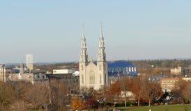 Notre Dame Cathedral en la opinión de Ottawa de la colina del parlamento Fotografía de archivo