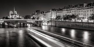 Notre Dame Cathedral et Saint Louis d'Ile la nuit noir et blanc, Paris, France Photo libre de droits