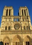 Notre Dame Cathedral, fasad med solnedgångljus Paris Frankrike, solig dag, blå himmel royaltyfria foton