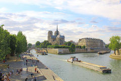 Notre Dame Cathedral med Paris cityscapepanorama arkivfoto