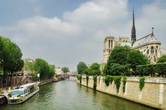 Notre Dame Cathedral, middeleeuwse Katholieke kerk - oriëntatiepuntaantrekkelijkheid in Parijs, Frankrijk De Plaats van de Erfeni Stock Foto's