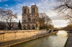 Notre Dame Cathedral och Seine River på vintermorgonen Paris Royaltyfri Foto