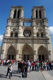 Notre Dame Cathedral och turister arkivfoton