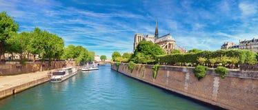 Notre Dame Cathedral a Parigi in primavera fotografia stock
