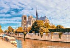 Notre Dame Cathedral a Parigi un giorno luminoso in autunno Immagini Stock Libere da Diritti