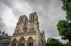 Notre Dame Cathedral in Paris mit dunklen Wolken Lizenzfreies Stockfoto