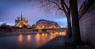 Notre Dame Cathedral, skymning på Ile de la Citera, Paris Arkivbild