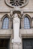 Notre Dame Chatnedral 在入口的雕塑对主教的座位 库存照片