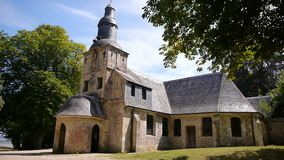 Notre Dame de Grace en Honfleur, Normandía Francia almacen de video
