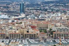 从Notre Dame de la加尔德角的看法在旧港口和townhall,马赛 免版税库存照片