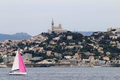 Notre Dame de la Garde på bergstoppet i Marseille, Frankrike Arkivbild
