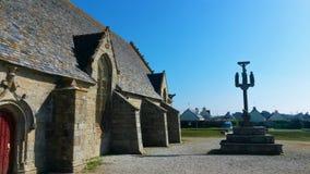 Notre-Dame de la Joie e a cruz - Finistere imagens de stock royalty free