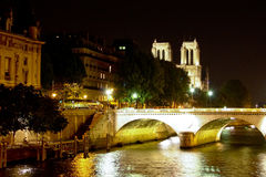 Notre Dame de Paris über dem Seine-Fluss Stockbild
