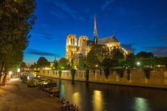 Notre Dame de Paris bis zum Nacht stockfotografie