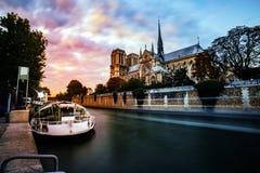 Notre Dame de Paris bis zum Nacht Stockbilder