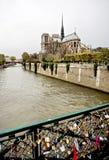 Notre Dame de Paris, blocages de l'amour Image libre de droits