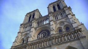 Notre-Dame de Paris, catedral gótica famosa que atrae a millones de turistas metrajes