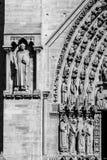 Notre Dame de Paris Cathedral: Dettagli architettonici nel nero Fotografie Stock Libere da Diritti