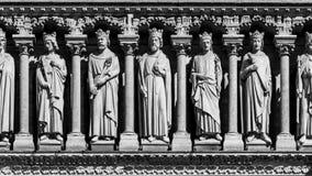 Notre Dame de Paris Cathedral: Dettagli architettonici nel nero Fotografia Stock