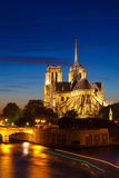 Notre Dame de Paris Cathedral na noite, Paris, França Fotos de Stock