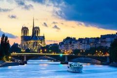 Notre Dame de Paris Cathedral vid floden Arkivbild