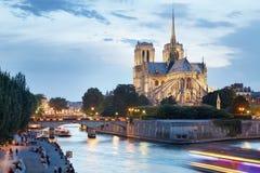 Notre Dame de Paris con la gente vicino al fiume Fotografia Stock