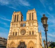 Notre-Dame de Paris dans le coucher du soleil pendant l'été avec le réverbère Image libre de droits