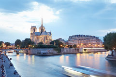 Notre Dame de Paris in de Avond Stock Afbeeldingen