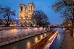 Notre Dame de Paris e iluminação do Natal na noite, França Foto de Stock Royalty Free