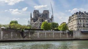 Notre Dame de Paris el 17 de abril de 2019: Trabajo del refuerzo después del fuego almacen de metraje de vídeo
