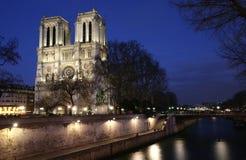Notre Dame de Paris em a noite imagens de stock royalty free