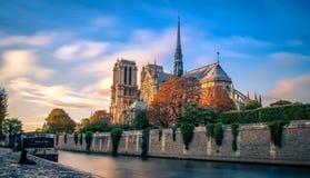 Notre Dame de Paris en automne images libres de droits