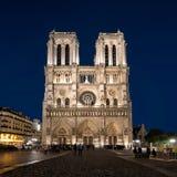 Notre Dame de Paris en la noche Imagenes de archivo