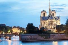 Notre Dame de Paris en la oscuridad Foto de archivo libre de regalías