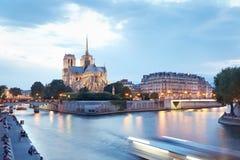 Notre Dame de Paris en soirée Images stock