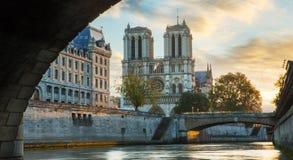 Notre Dame De Paris et la Seine à Paris, France photographie stock