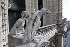 Notre Dame de Paris, famosa de todas as quimeras, negligenciando o céu Fotografia de Stock Royalty Free