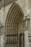 Notre Dame de Paris, França, entrada com as estátuas de Saint imagem de stock