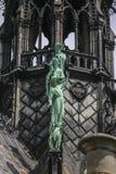 Notre Dame de Paris, França, estátuas da fachada fotografia de stock