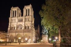 Notre Dame de Paris i Frankrike vid natt Arkivfoto