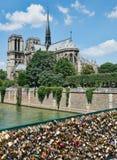 NOTRE DAME de Paris im Frühjahr mit Verschlüssen stockfoto
