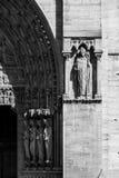 Notre Dame De Paris katedra: Architektoniczni szczegóły w czerni Obrazy Stock
