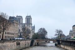 Notre Dame De Paris katedra brać od wonton rzeki z Dwoistym bridżowym pont Du Podwajający w przodzie podczas zimy fotografia royalty free