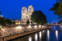 Notre-Dame de Paris katedra i Cytuje wyspa bulwar przy noc?, Francja obraz stock