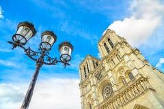 Notre Dame De Paris katedra na Ile Cytuje wyspę i latarnię uliczną. Paryż, Francja Obrazy Royalty Free