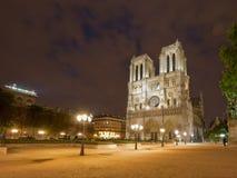 Notre Dame de Paris la nuit photographie stock libre de droits
