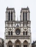 Notre Dame de Paris med vit himmel. Arkivfoton