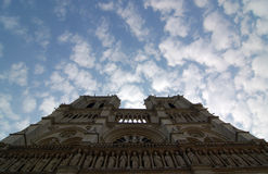 Notre Dame de Paris met witte wolk Royalty-vrije Stock Afbeeldingen
